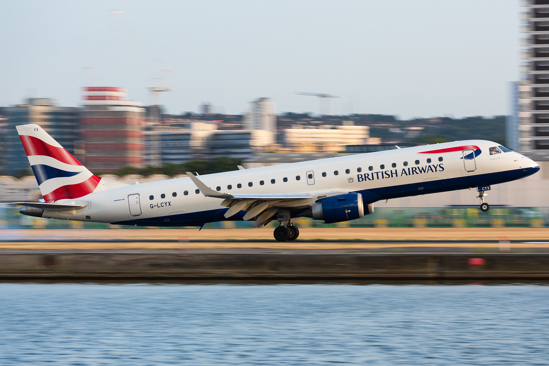 BaCityFlyer - Embraer 190 touchdown at LCY.