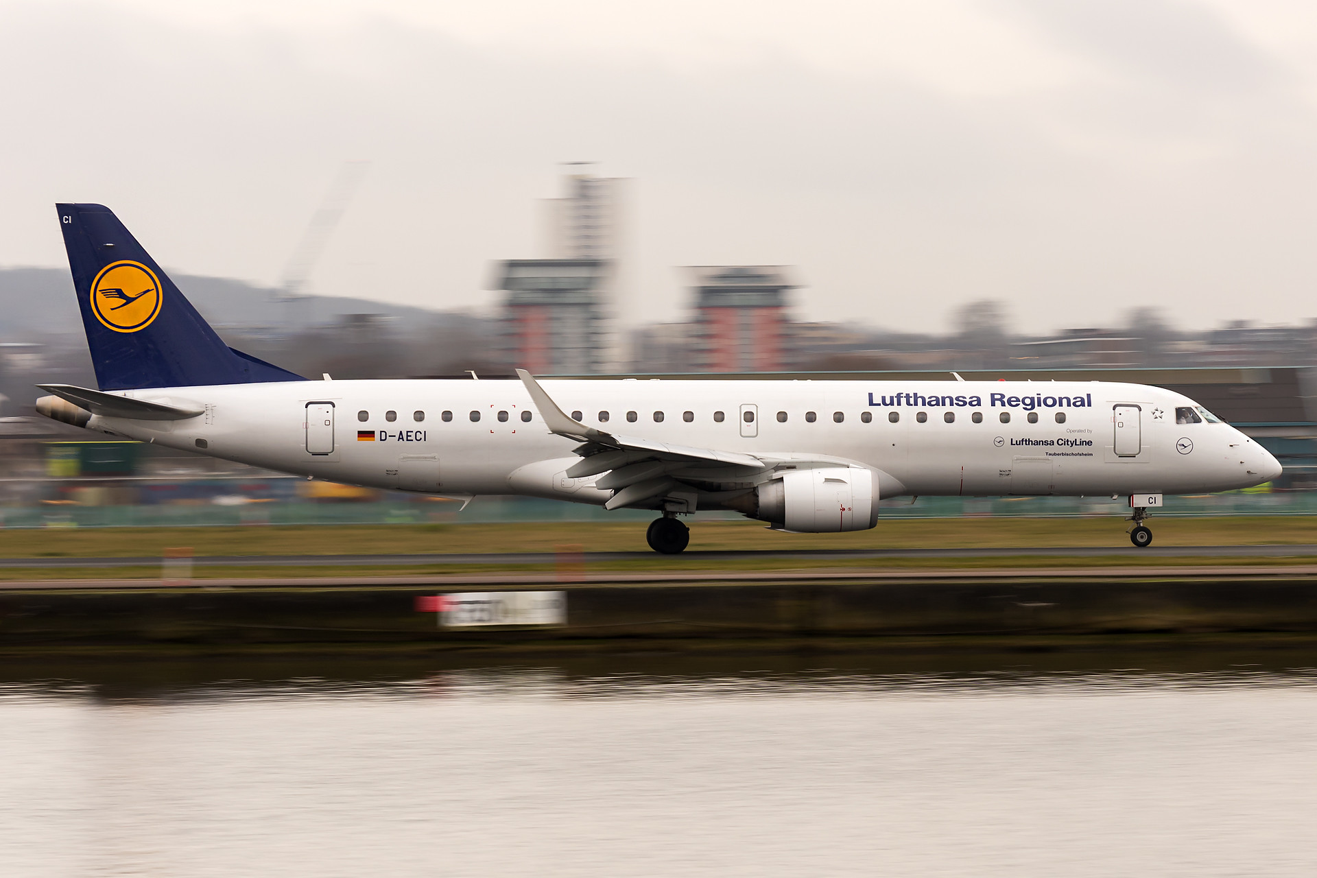 I went to LCY airport one day, but unfortunately, the weather was horrible. Tried to play a bit with the shutter speed. (1/40)